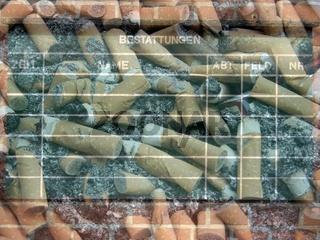 Bestattungstafel mit Zigarettenkippen mit Zigarettenasche und einer Zigarettenschachtel