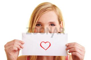 Blonde Frau präsentiert einen Liebesbrief