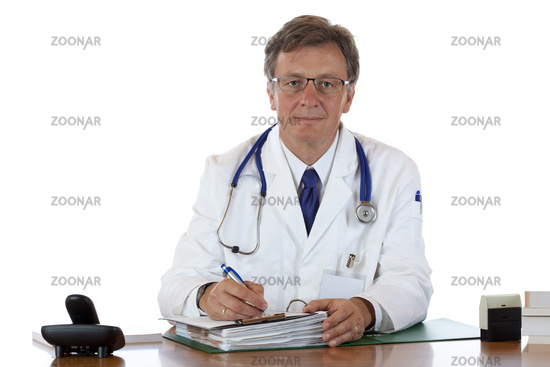 Ernster älterer Arzt schreibt Krankheitsgeschichte auf. Freigestellt auf weissem Hintergrund.
