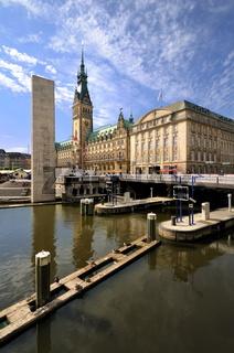 Hamburger Rathaus und Rathausschleuse