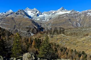 Blick über den Weiler Findeln auf die Zermatter Bergwelt, Zermatt,Wallis, Schweiz
