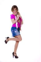 Lolli stehend mit angewinkeltem Bein