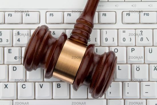 Richterhammer und Tastatur. Rechtssicherheit im Internet