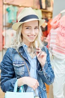 Glückliche junge Frau mit Kundenkarte