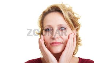 Frau bei der Hautpflege