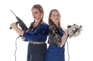Zwei junge Frauen im Blaumann mit Werkzeug