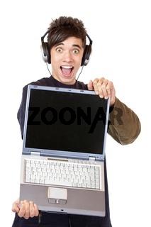Begeisterter Jugendlicher mit Kopfhörer und Computer empfiehlt M