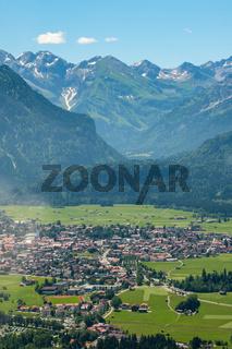 Luftaufnahme von Oberstdorf im Allgäu mit Bergen