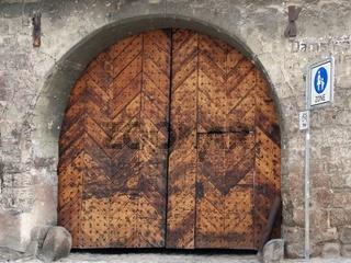 Holztor mit Torbogen an einem alten Gebäude in Quedlinburg