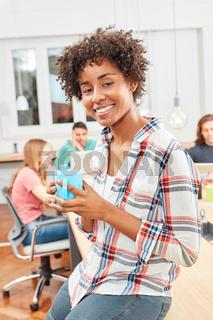 Junge multikulturelle Frau macht Kaffeepause