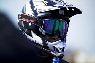 Motorradhelm auf Kopf