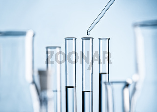 Labor mit Reagenzgläsern und Pipette