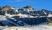 Blick über das winterliche Appenzellerland auf den Gipfel Hoher Kasten, Alpstein, Schweiz