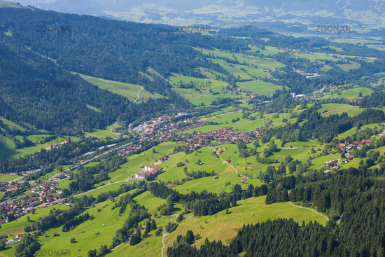 Panorama vom Hirschberg, 1456m, ins Ostrachtal mit Bad Hindelang, Oberallgäu, Allgäu, Schwaben, Bayern, Deutschland, Europa