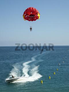 Parasailing am Strand von Nizza