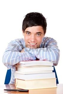 Hübscher fröhlicher männlicher Student lehnt auf Schulbüchern