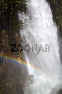 Tosender Wasserfall im Gebirge