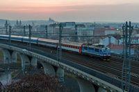 Ein Intercity verlaesst Prag