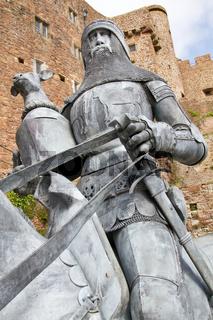 Ritter mit Pferd vor dem Mont Orgueil Castle in Gorey, Jersey, UK