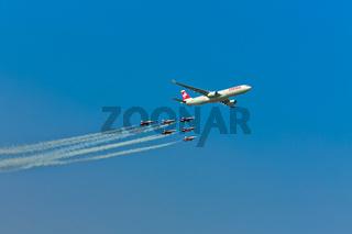 SWISS AIRBUS A330-300  ESKORTIERT VON DER PARTOUILLE SWISS, AIR 14 FLUGSHOW, PAYERN, SCHWEIZ