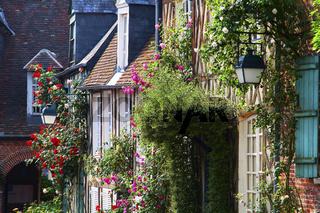 blumengeschmueckte Hausfassaden, Gerberoy, Picardie, France