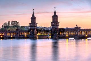 Die schöne Oberbaumbrücke über die Spree in Berlin