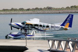 Abu Dhabi, für Rundflüge steht im Hafen Yas Marina ein Wasserflugzeug bereit