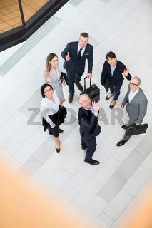 Geschäftsleute winken vor ihrer Dienstreise