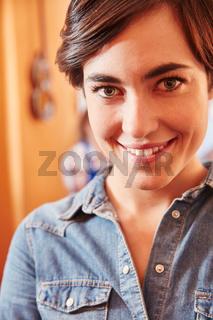 Junge Frau als Lehrling oder Azubi