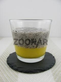 Mangomus und pürierte Drachenfrucht im Glas