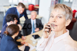 Geschäftsfrau führt ein Business Telefonat