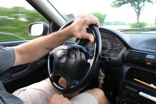 Autofahrer fährt einhändig