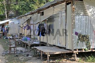 einfachste Unterkünfte aus Wellblech: Wanderarbeiter in Koh Chang