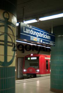 S-Bahn an der Station Landungsbrücken in Hamburg