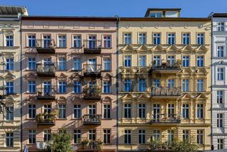 Sanierte Berliner Gründerzeitfassaden im frühen Morgenlicht