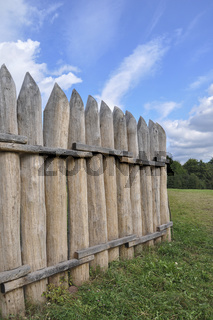 Palisadenzaun am rekonstruierten Limes-Grenzwall