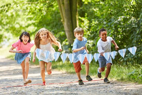 Multikulturelle Gruppe Kinder beim Wettlauf