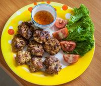 8 Hausgemachte Buletten mit Sosse und Salat