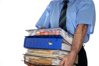 viele Ordner und Dokumente tragen