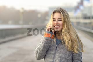 Hübsche junge Frau telefoniert