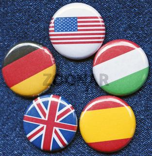 Fünf Buttons mit Landes Flaggen