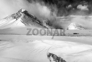 Skifahrer im Schneetreiben, Stuor Reaiddavaggi, Lappland
