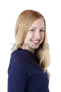 Junge hübsche Frau blickt lachend in Kamera
