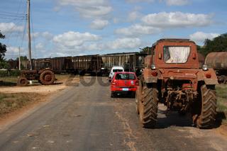 Kuba, Bahnübergang mit Zug und Traktoren