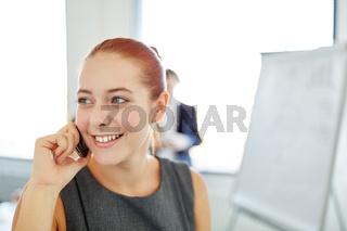 Geschäftsfrau am Mobiltelefon