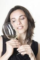 Sexy Frau probiert Weißwein