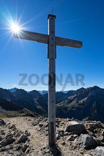 Gipfelkreuz Hammerspitze mit Sonne