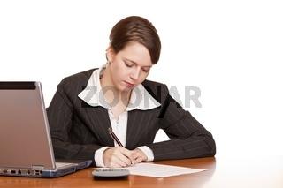 Attraktive Frau im Büro am Schreibtisch bei Vertragsunterzeichnu