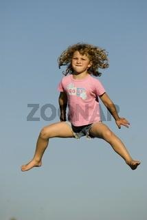 Mädchen (4) springt in die Luft