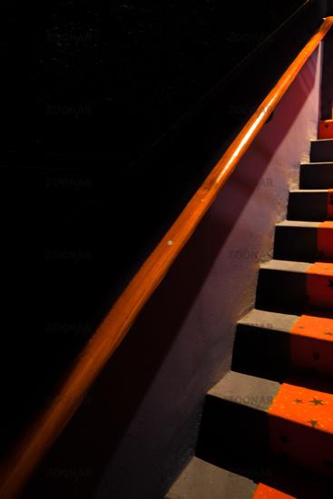 Treppe mit rotem Geländer